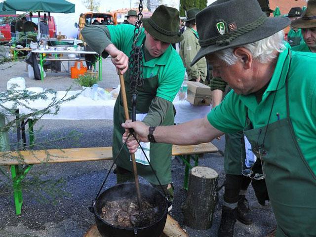 Tekmovanje v kuhanju ribje čorbe in lovskega golaža